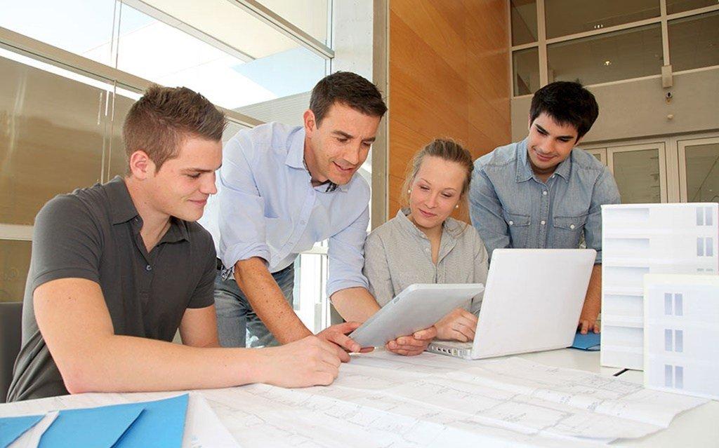 Estagiários do CIEE em uma reunião de negócios