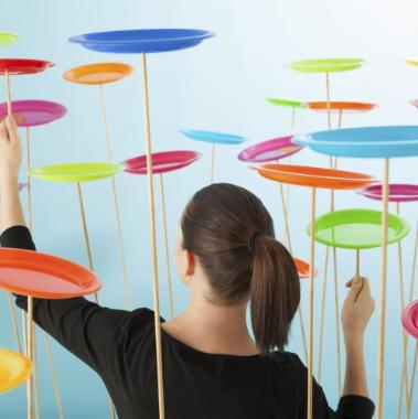 Figura mostrando mulher equilibrando ações no Gestão de Projetos