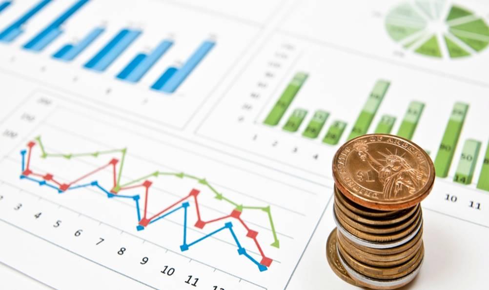 Foto mostrando moedas e gráficos usados na Gestão Financeira