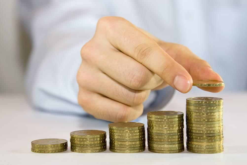 Homem contando moedas, uma ação fundamental da Gestão Financeira