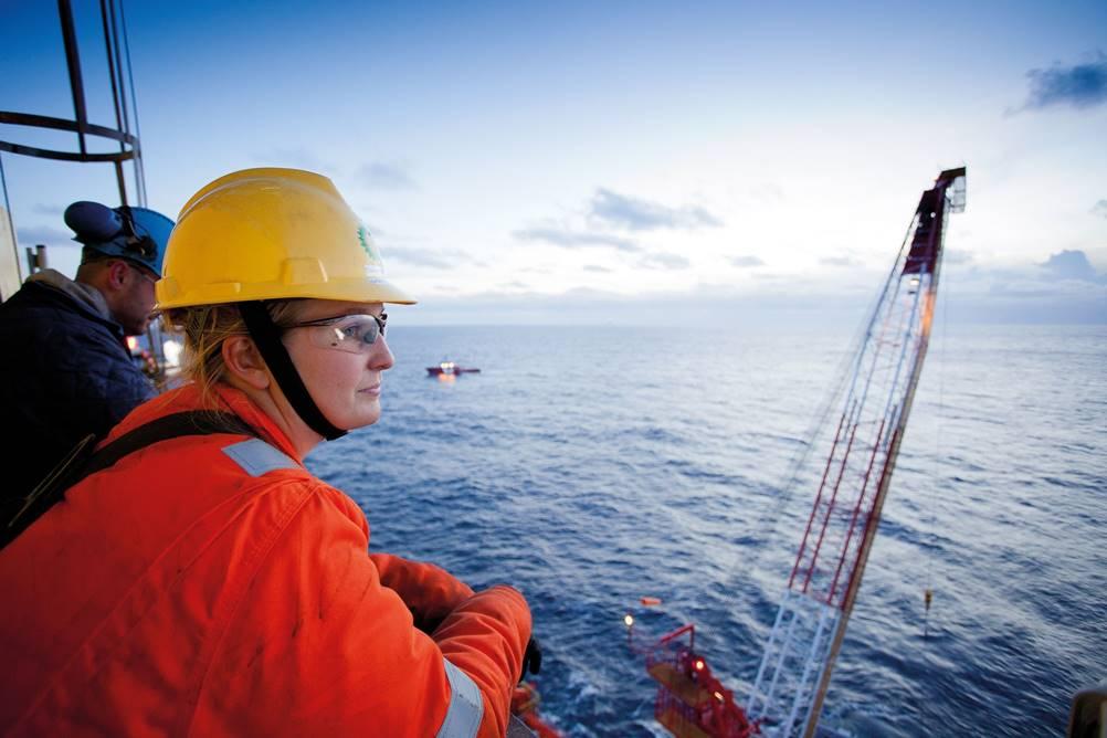 Mulher à bordo de navio exercendo um dos tipos de engenharia