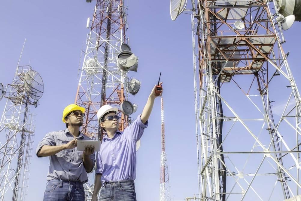 Homens trabalhando em torres de comunicação, um dos tipos de Engenharia