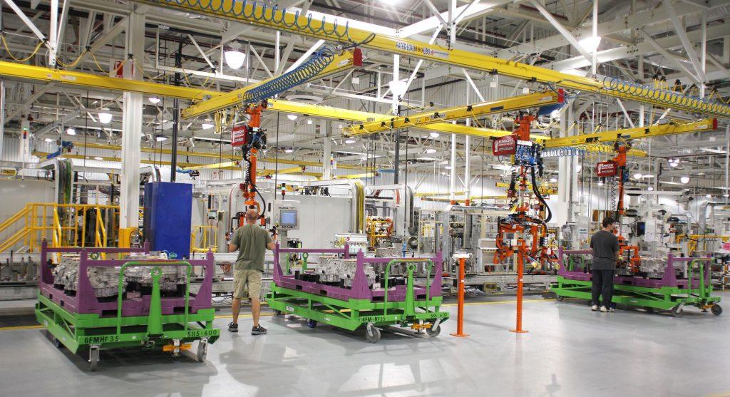 Uma foto mostrando uma linha de produção utilizando o conceito de Fluxo Contínuo.