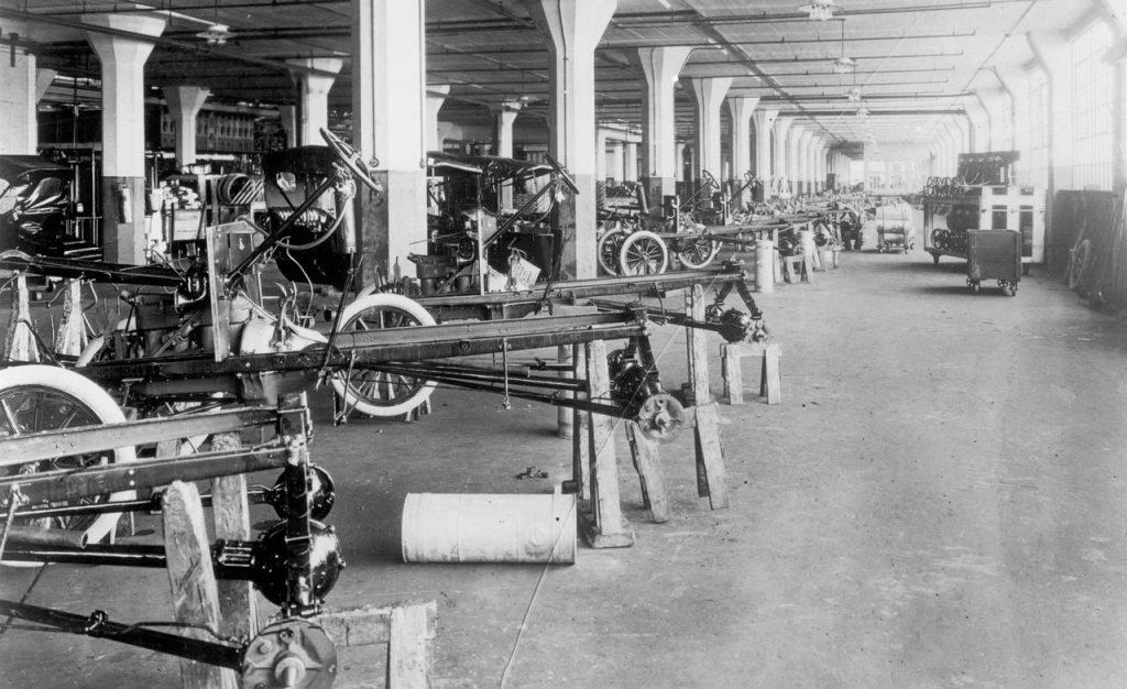 Foto vintage mostrando como era a linha de produção da Ford utilizando Fluxo Contínuo