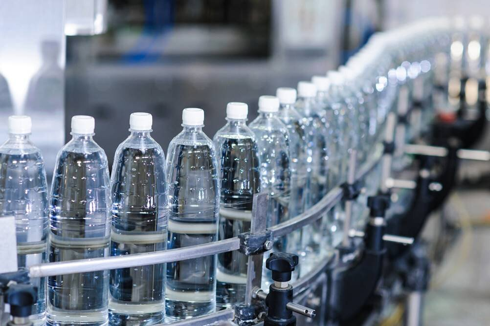 Imagem com produção puxada em fabricação de garrafas de água