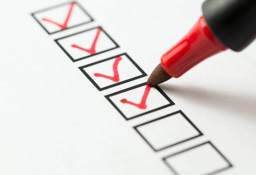 A pessoa está conduzindo um checklist