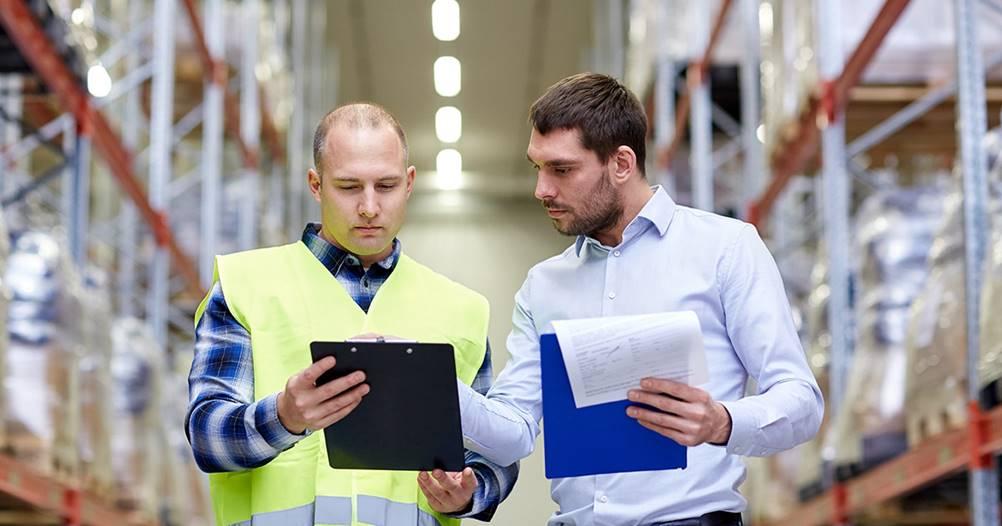 Nesta imagem, temos 2 empregados estudando o Plano Mestre de Produção