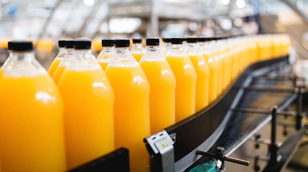 Uma fábrica aplicando as conceitos de padronização em suas bebidas